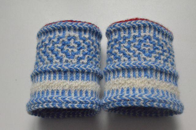Ravelry: CarlaM's Mardilaat wrist warmers Twined Knitting