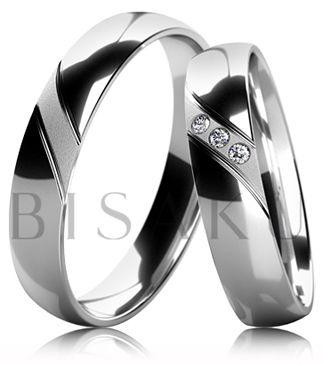 B32 Snubní prsteny z bílého zlata celé v lesklém provedení s diamantovým matem mezi dvěma drážkami. Dámský prsten zdobený kameny. #bisaku #wedding #rings #engagement #svatba #snubni #prsteny