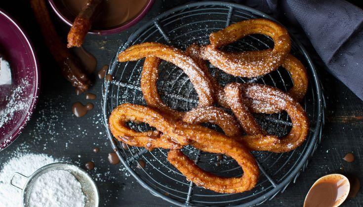 Wie kent ze niet: churros. Een heerlijke Spaanse lekkernij die door de Spanjaarden vaak al in de ochtend wordt gegeten. Maar als tussendoortje of toetjezijnchurros ookerg lekker. Nodig voor het beslag (ongeveer 25 stuks) • 175 g bloem • Zonnebloemolie…