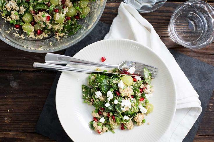 Recept voor quinoa voor 4 personen. Met zout, water, olijfolie, peper, granaatappelpit, pitloze witte druiven, geitenkaas, bladspinazie (vers), doperwt, quinoa, rode wijnazijn, mosterd en honing