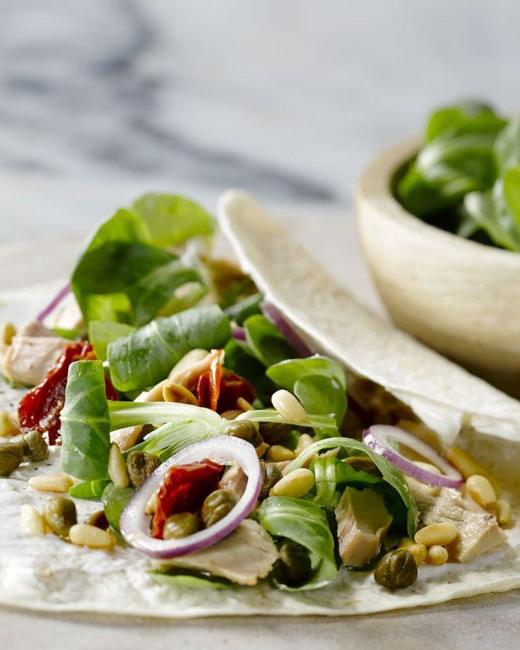 Een lichte mediterraanse wrap, met tonijn, zongedroogde tomaten, geroosterde pijnboompitten en een yoghurtdressing. Heerlijk als lunch!