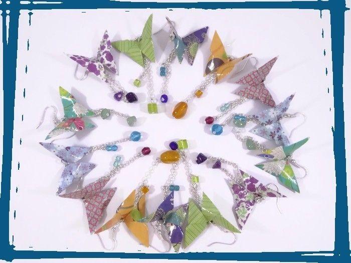 Attention! De nouveaux papillons se sont glissés sur cette photo de famille! Les voyez-vous? Très bientôt en boutique... #origami #papillons #butterflies #viedecreatrice #bouclesdoreilles #earrings #bleu #blue #orange #violet