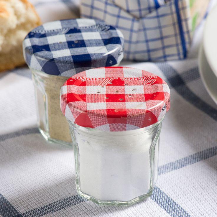 Idée DIY : Laver les mini pots de confiture sous l'eau chaude avec du savon pour ôter les étiquettes collées. Sécher les pots. Avec un gros clou et un marteau, percer des trous dans les couvercles. Remplissez les mini pots avec du sel et du poivre. Et voilà, une salière et un poivrier uniques et originaux 😌✅
