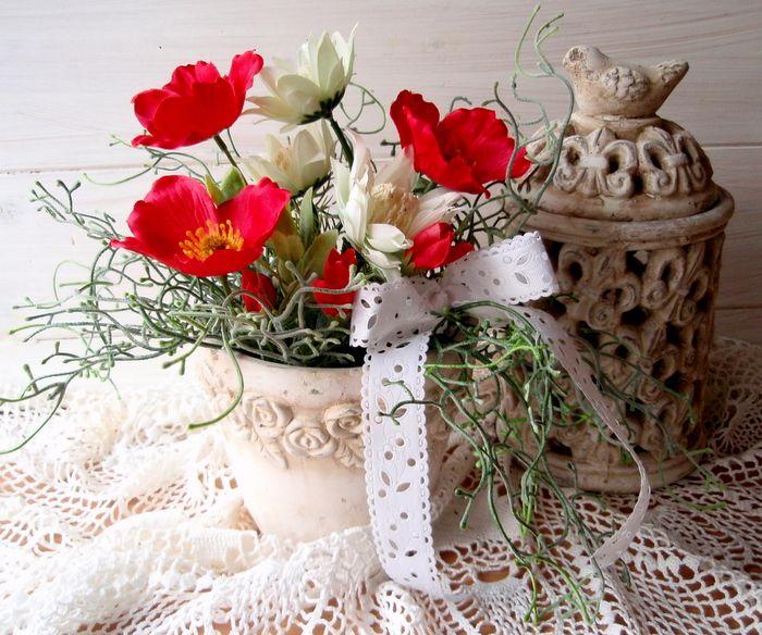 Léto+v+květináčku+Dekorační+keramický+květináč+je+zdobený+umělými+krásnými+letními+kytičkami,+vřesem+a+mašlí.+Velikostkvětináčku+cca+19+cm,+celkově+27+cm.