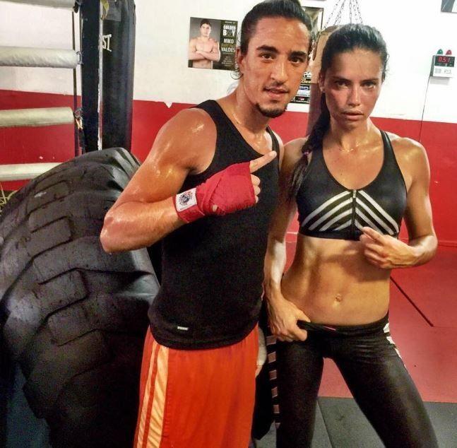 Adriana Lima ostenta tanquinho em treino de boxe