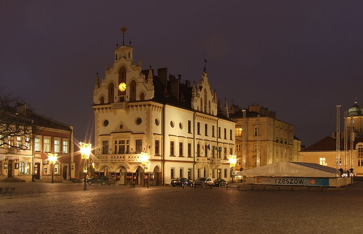 File:Rzeszów, centrum města, Rynek, radnice.JPG
