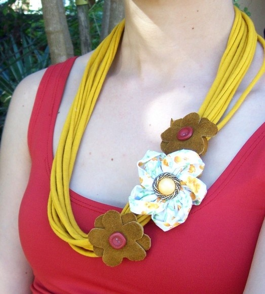 Colar de malha com flores de tecido e couro. R$15,00