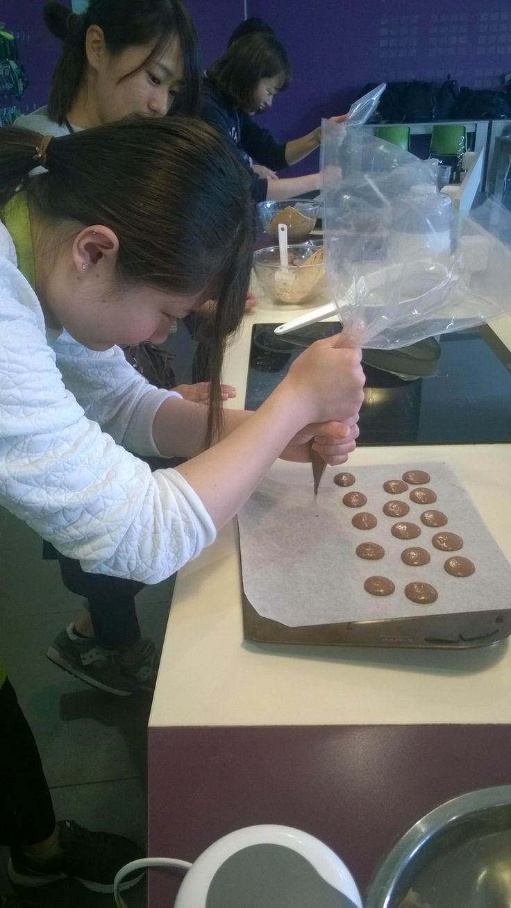 On cuisine des macarons au CIDEF