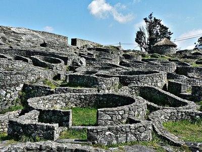 """Castro: es un poblado fortificado celta por lo general prerromano, aunque existen ejemplos posteriores que perduraron hasta la Edad Media existentes en Europa y propios de finales de la Edad del Bronce y de la Edad del Hierro. Se encuentran con frecuencia en la Península Ibérica, sobre todo en el noroeste con la cultura castreña y en la meseta con la cultura de las cogotas. Castro proviene del latín castrum, que signfica """"fortificación militar"""". Se encuentran en Galicia y Asturias (España)."""