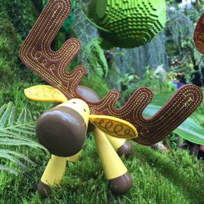 Janod drevená skladačka Sob je nádherná hračka z dreva vhodná pre deti od 12 do 36 mesiacov. Drevená hračka s osobitým francúzskym dizajnom je tvorená 4 dielikmi, ktoré deti spájajú pomocou kolíka, tak sa pri skladaní a rozkladaní hračky zabavia dlhý čas.