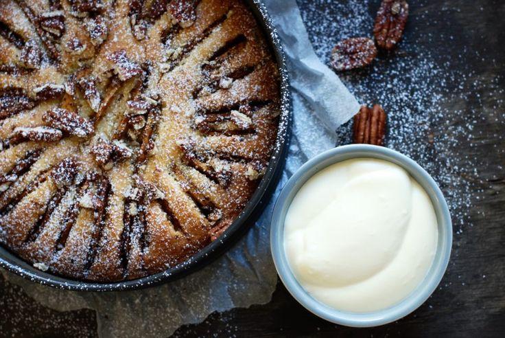 Det finns äppelkakor och det finns magiska äppelkakor, här är en magisk :-) Enkel att göra och passar perfekt till jobbfikat, kalas eller bara som fika ute i solen en fin dag. Receptet, ja det...