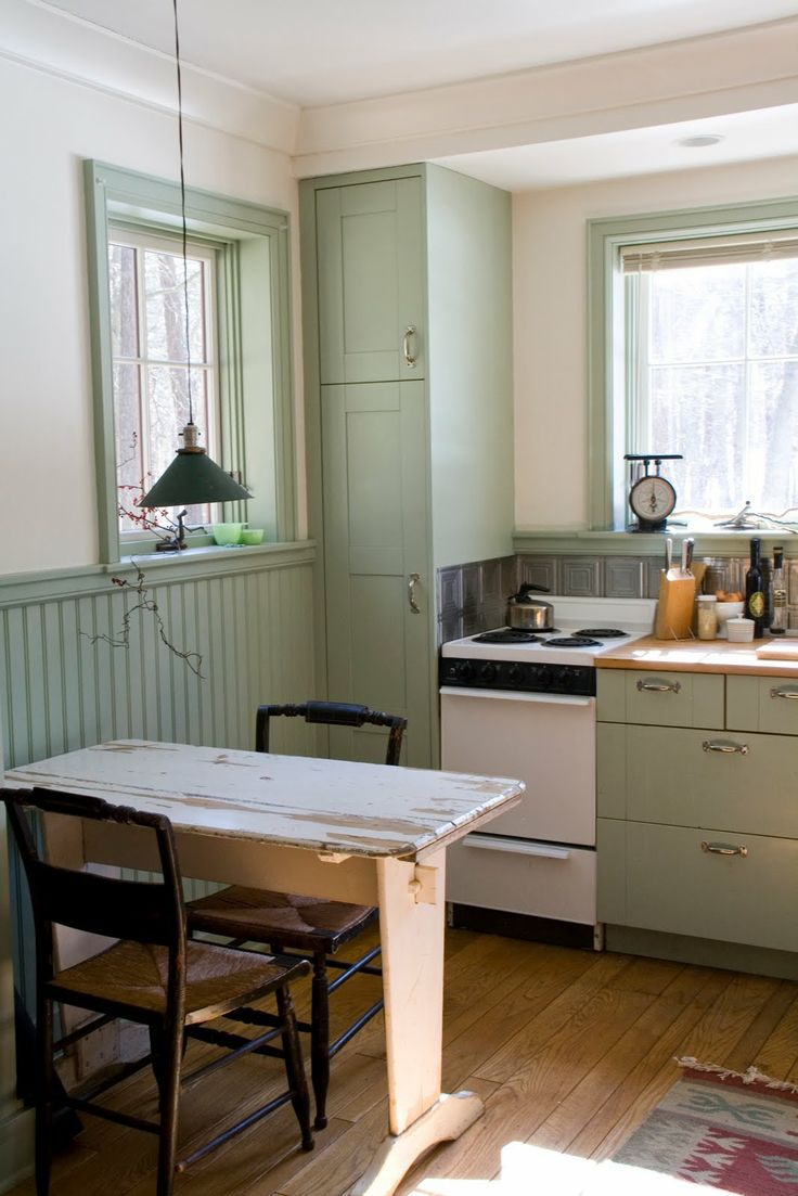 cute greenDecor, House Tours, Beads Boards, Tiny House, Tiny Kitchens, Small Kitchens, Little Kitchens, Cozy Kitchens, Small Spaces