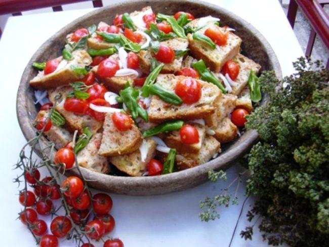 La Acquasala è una ricetta millenaria della cucina popolare pugliese. Si prepara spruzzando d'acqua il pane mentre taglierete a metà dei pomodori e v...