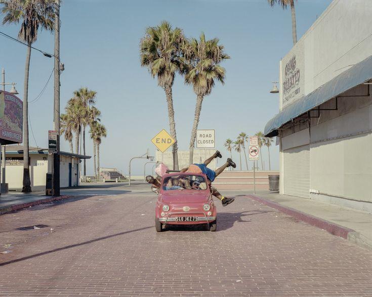"""PHOTOS. """"Cars and Bodies"""": ces artistes font s'entasser le plus de gens possible dans des voitures à Los Angeles"""