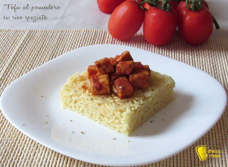Tofu al pomodoro su riso speziato (ricetta vegan). Ricetta per un primo vegan leggero e saporito: riso basmati speziato con tofu al pomodoro