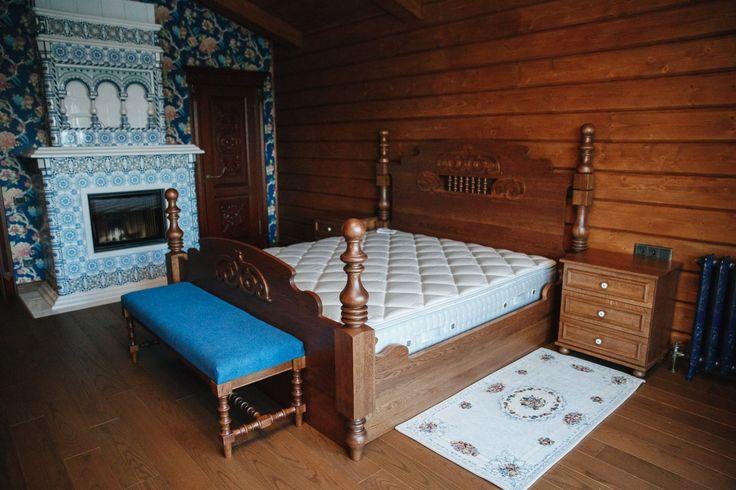 Спальня в охотничьем доме. Высокая кровать с американским матрасом. Камин с изразцами заиграл в таком окружении.