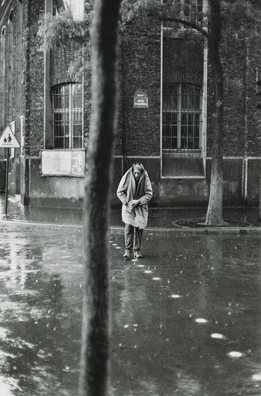 HENRI CARTIER-BRESSON (1908 - 2004) ALBERTO GIACOMETTI, RUE D'ALÉSIA PARIS, 1961 Tirage argentique postérieur. Signé à l'encre noire et avec le timbre sec copyright du photographe dans la marge inférieure. Encadré. Image 35,5 x 23,5 cm, feuille 40 x 30 cm