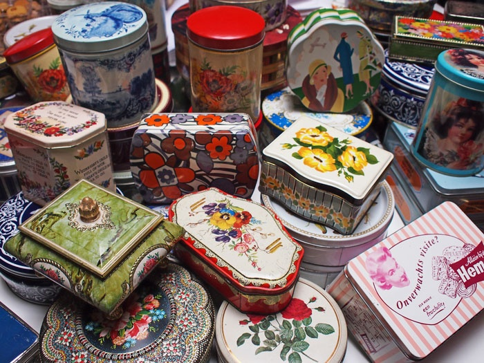 Gift for the press: vintage cookie tins.