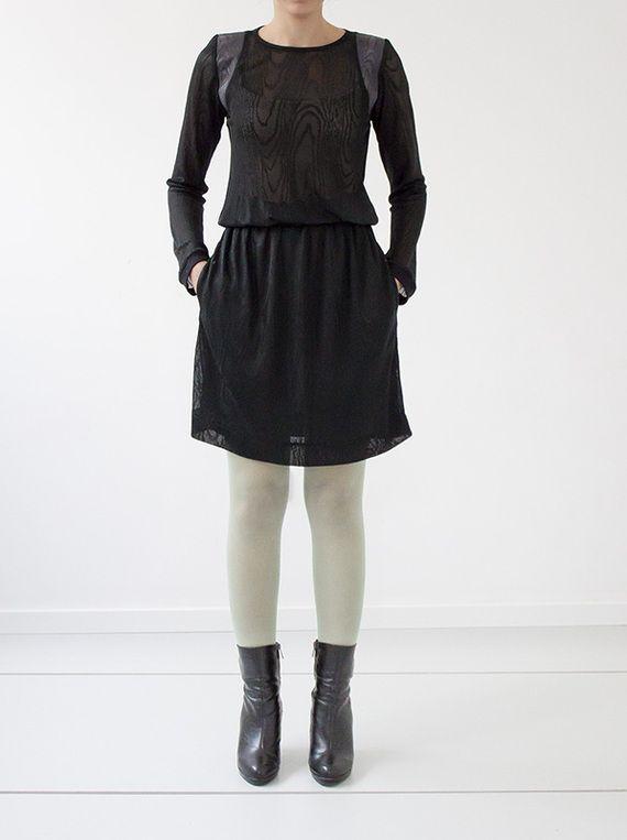 """שמלת סריג דקה, חצי שקופה, בדוגמה עשירה של ״טבעות עץ״, בשילוב כותפות באותה דוגמה מאריג דמוי עור. החלק העליון מעוצב בגזרת סווטשירט נינוח עם מנז'טים רפויים מבד פטנט איכותי. לשמלה חגורת גומי רכה ונוחה. בחלק התחתון כיסים נסתרים והיא מצויידת בתחתית מסריג רשת עדין כך שהיא אינה שקופה! בגב השמלה מחשוף קטן והיא נרכסת בכפתור בצורת כדור כסף (ראי תמונה)  (קיימת גם בדגם """"<a href="""" http://market.marmelada.co.il/products/edit/134834?return_url=%2Fshiruetto"""">סטארדסט</a>"""" מסריג טריקו איכותי, שחור, ..."""