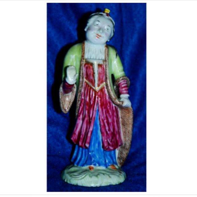 FIGURA DE UMA MENINA NO VESTIDO TURCO Período de Qianlong, cerca de 1760 Altura: 13 centímetros;  Uma figura de exportação porcelana chinesa de uma menina com um vestido   Galeria Paiva Frade 05 de setembro às 20:30hs Meissen and european porcelain - Chinese export porcelain   #meissen #meissenporcelain #meissenporcelaincollection #porcelain #escultura #collection #leilao #auction #bid #chinese #paivafrade #european #inedito #iarremate #luxury #luxo #decor #arquitetura #export #exportquality