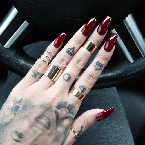 Il colore MUST per le tue unghie! Buongiorno ragazze! Per avere unghie sempre alla moda questo autunno inverno il colore MUST è nails unghie bordeaux fashion