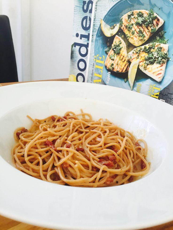 Spaghetti carbonara, makkelijker kan bijna niet.  Voor 2 personen:  - 220 gram (spelt)spaghetti - 30 gram magere spekjes of pancetta in blokjes gesneden. - 50 gram parmezaanse kaas, geraspt - 2 eieren  Kook de spaghetti met wat zout volgens de verpakking. Bak de spekjes of pancetta tot ze knapperig zijn. Kluts de eieren met de geraspte parmezaan.  Giet de pasta af en voeg toe aan de spekjes.  Neem de pan van het vuur en laat even staan.  Meng het eiermengsel erdoorheen en strooi er wat peper…