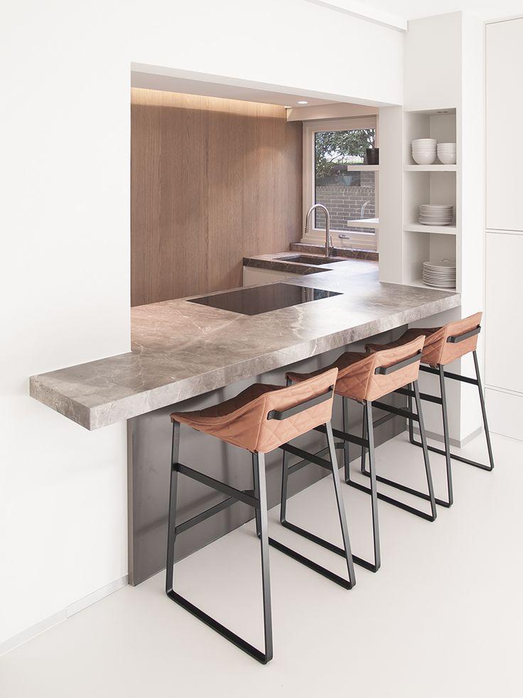 In deze moderne keuken ziet u Fior di Bosco, een marmer uit onze XENTRIQ-collectie. Fior di Bosco is een heel warme steen met subtiele aders. Ontwerp van Frederique Glorieux - Rood3.