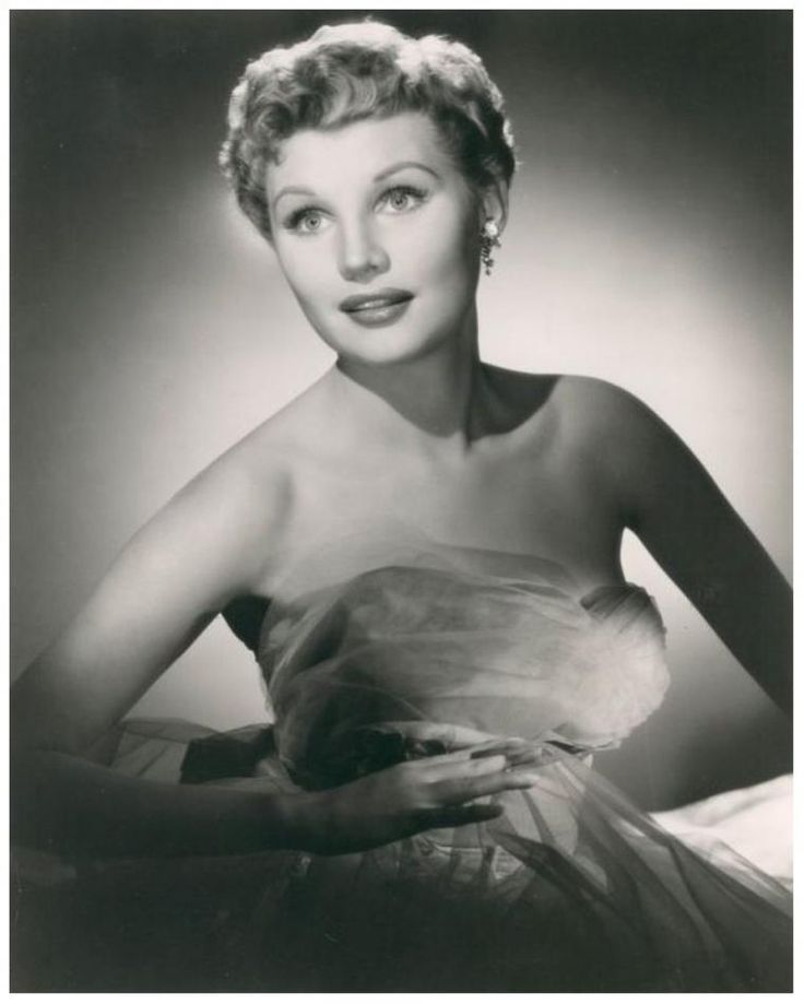 Mari ALDON '50 (17 Novembre 1925 - 31 Octobre 2004)A former ballet dancer, graceful Mari Aldon married Hollywood director Tay Garnett, who encouraged her to become an actress. She did, but did not leave a deep imprint on film history, with one exception, the role of Judy Beckett, a prisoner of the Seminoles and Gary Cooper's charming romantic interest. Besides that, she appeared in few feature films, even if she appears briefly in two major movies, Joseph L. Mankiewicz's La condesa descalza.