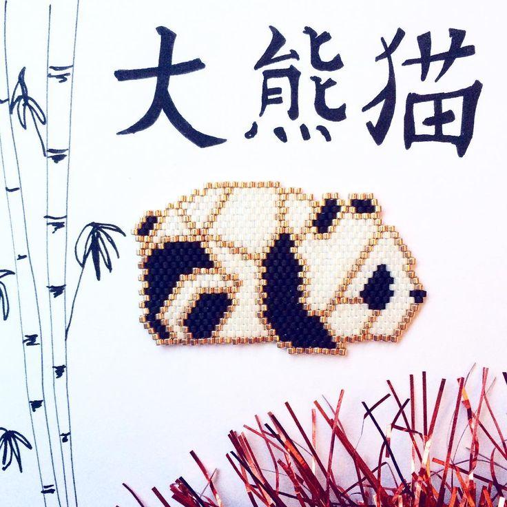 Parce qu'il n'y a pas de raison que tout le monde ait un cadeau parlé sauf moi, voici mon cadeau de Noël ça fait un petit moment que je travaille le diagramme mais il est enfin terminé mon petit panda origami ☺️ #jenfiledesperlesetjassume #brickstitch #miyukibeads #miyuki #miyukiaddict #miyukidelica #panda #perlescorner #matierepremiere #jenfiledesperlesetjaimeca #calligraphie #motifcecileve