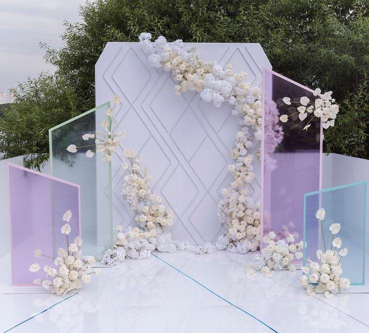 Фон для свадебной церемонии в загородном клубе Сохо был создан с использованием гибких неоновых трубок, которые при дневном освещении создавали красивый узор, а вечером превращались в необычную подсвеченную фотозону. Planner: @ajur_wedding Decor&Magic: @flowerbazar