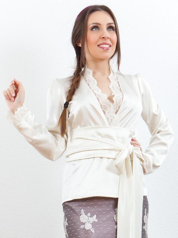 Elegante blusa de crep satinado terminada con puntillas de tul bordado. Se ajusta en la cintura mediante un fajin a juego