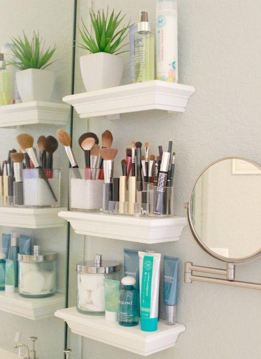 Las repisas son una excelente idea de decoración en el baño, o cualquier otro lugar del hogar pues maximiza el uso de los espacios vacíos :)