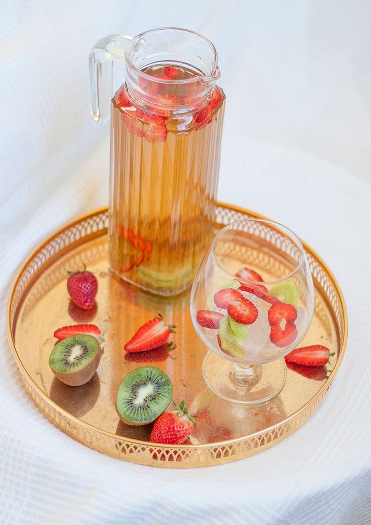 [ Somrigt iste med Jordgubbar & Kiwi ] Vatten / Ett gott te (gärna fruktigt) / Kiwi / Jordgubbar / 2 msk råsocker / Isbitar. { Instruktioner } Koka upp tevattnet, tillsätt teet, låt dra några min. Tillsätt sockret, rör om tills det löst sig. Häll upp i tillbringare. Ställ i kylskåp tills drycken svalnat. Blanda sedan i hackade jordgubbar & kiwi. Servera med massvis av isbitar.