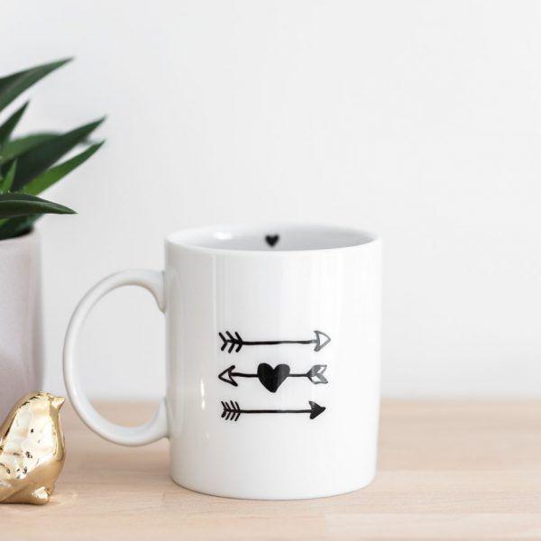 handbemalte Porzellantasse mit Herz und Pfeilen • Onlineshop www.prettypott.de #pfeil #herz #geschenk