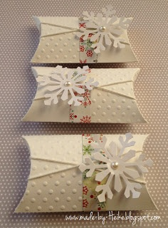 "Simple but pretty pillowbox for gift giving at Christmas. Meine kreative Welt...: ""Winterliche Pillowbox"" Tags: gift wrapping. giftwrap. gift card. simple. snowflake. twine. embossed."