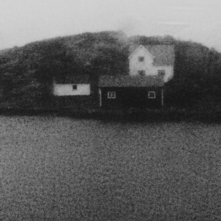 Prosjekt 365 / 4 #355 #onephotoaday #places #sea #bw #photography #hildring #jorunlarsen #house #home photo @jorunlarsen