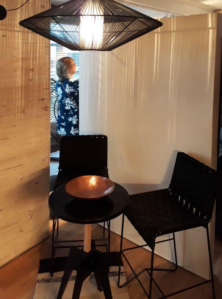 """Espacio """"Desconexión Interior"""" a cargo de Di Marco, Badia, Guarracino y Russo. Banquetas Sumatra, lámpara Miel, mesa Margarita y bowl de cobre.  #estilopilar #diseñointerior"""