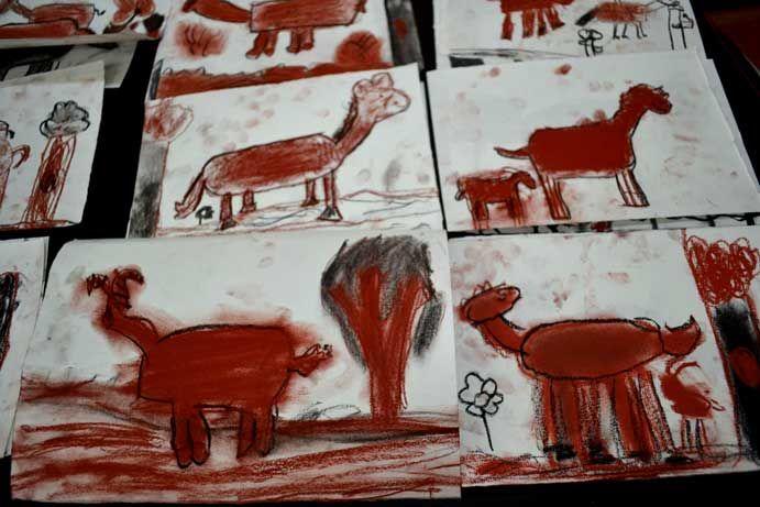 Taller para niños de dibujo y pintura en el céntrico barrio de Malasaña, Madrid. Plástica. Tecnica carboncillo y sanguina.