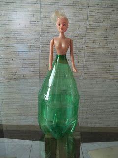 http://crochesdaregina.blogspot.com.br/2012/02/bonecas-de-garrafa-pet-e-croche-passo.html
