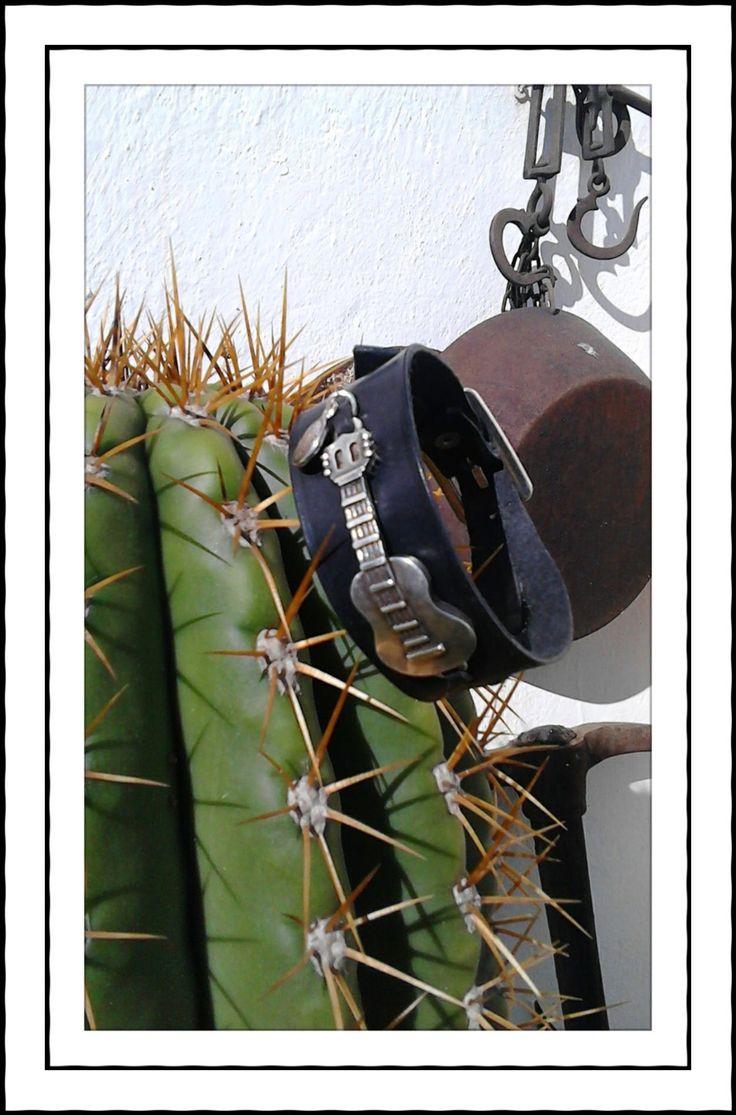 Pulsera de cuero con guitarra http://cueroripkay.blogspot.com.es/2016/04/pulsera-con-guitarra.html