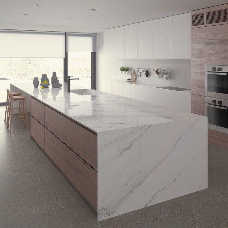 grand îlot central avec rangements en bois et plan de travail céramique aspect marbre blanc
