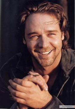 """A Russell Crowe le debe parecer """"de pobres"""" moverse en coche, ya que para trasladarse del set de rodaje de Robin Hood a dónde se alojaba, necesitaba un helicóptero. ¿Se lo dejarían Bradgelina?"""