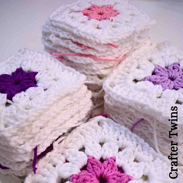 My grannys are going on!! #craftertwins #craftingstories #handmade #handmadebarcelona #fetama #hechoamano #crochetworld #crochet #ilovecrochet #ganchillo #ganxet #instacrochet #cosasbonitas #crochetdesign #crochetaddict #grannysquare