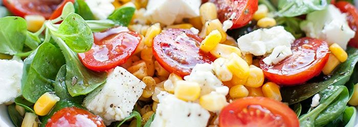 Sałatka z fetą, pomidorkami koktajlowymi i kukurydzą   Blog   Kwestia Smaku