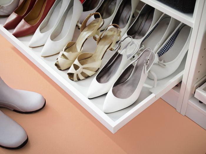 Stojan na topánky sa postará o bezpečné uloženie topánok na vyššej úrovni  Vďaka výsuvnej polici sa nebudete musieť viac načahovať za tými správnymi vysokými opätkami. http://www.ikea.com/sk/sk/search/?query=komplement