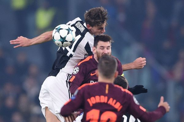Barcelona's Argentinian forward Lionel Messi (C) and Juventus' defender from Italy Daniele Rugani (top) jump for the ball during the UEFA Champions League Group D football match Juventus Barcelona on November 22, 2017 at the Juventus stadium in Turin. .Barcelona advanced to the Champions League last 16 on Wednesday after clinching top spot in Group D following a 0-0 draw against Juventus in Turin. / AFP PHOTO / Filippo MONTEFORTE