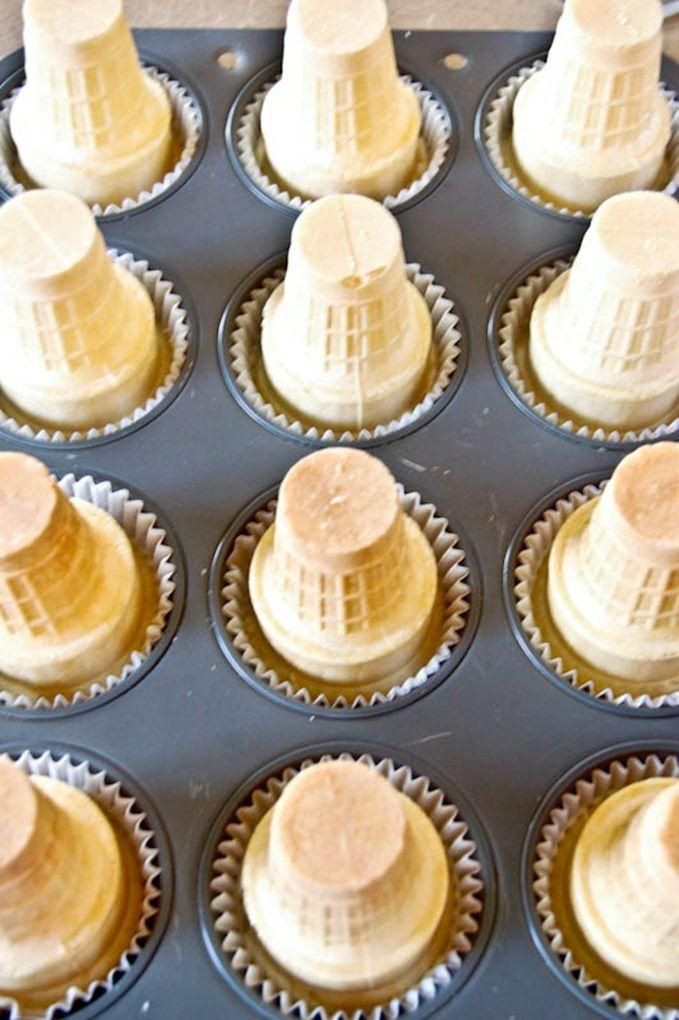 Coloca un cono antes de cocinarlos El pastel subirá por dentro del cono