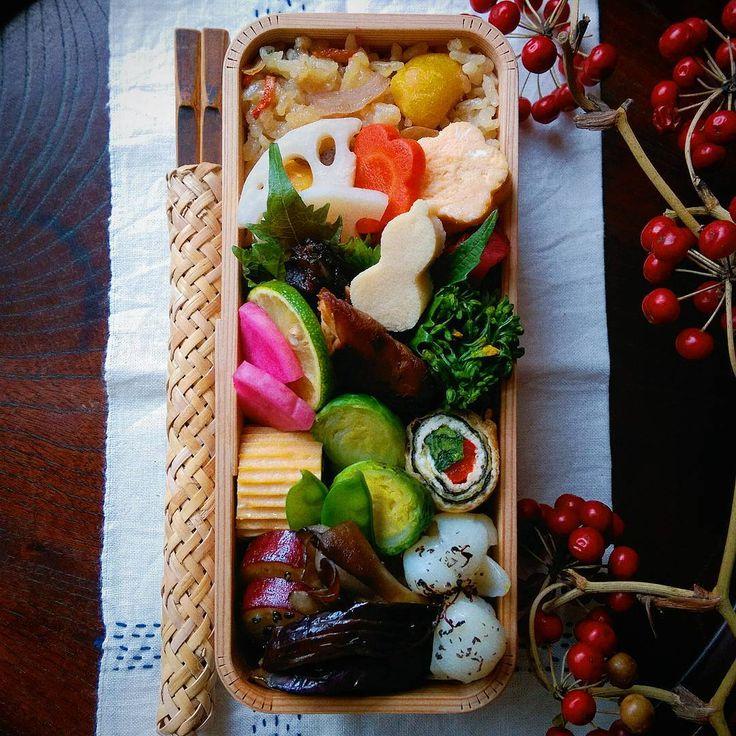 2017.1.10 残り物でいつものお弁当🍱 🌀うすあげ巻はパプリカと菜の花と焼き海苔 鰤の照り焼き、酢蓮根、お花の金時人参とたまご、瓢箪高野豆腐、菜の花のおひたし、芽キャベツと絹さや、卵焼き、紅あずまの生姜シロップ、お茄子と舞茸の揚げ浸し、ユリ根のゆかり和え、赤蕪のお漬け物 * * 少しバタバタとしておりました。 ぼちぼち始めようと思います…まずは地味弁から。 こんなのんびりした感じですが、今後共よろしくお付き合い下さいませ🙇 今週もみんなが笑顔で過ごせますように☺ * * #博多曲物 #曲げわっぱ #お弁当 #地味弁 #bento #Japaneselunch #foodpic #instafood #手ぬぐい #刺し子 #残り物 #作り置きおかず #常備菜 #暮らし #とりあえず野菜食 #デリスタグラマー #lin_stagrammer #クッキングラム #山帰来