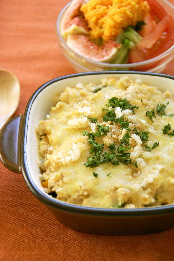 オートミールとレンズ豆で☆野菜のグラタン       スープとミルクで煮たオートミールの自然なとろみを利用した、ヘルシーなグラタン♪柔らかなレンズ豆入りで栄養たっぷりです☆ うさぎのシーマ      材料 (2~3人分)   赤レンズ豆 60g   南瓜 100g   ブロッコリー 100g   玉葱(みじん切り) 1/4個分(60g)   ローリエ 1枚   オートミール 1/2カップ(40g)   オリーブ油 大匙1   牛乳 1カップ   ☆固形スープの素 1個   ☆湯 1カップ   塩、胡椒 各少々   ナツメグパウダー(お好みで) 小匙1/4   とろけるチーズ(シュレッドタイプ)30g   パン粉 適宜   粉チーズ(パルメザン) 適宜   パセリ(みじん切り) 少々   作り方    1    赤レンズ豆は、たっぷりの水に、10分程浸しておきます。    2    南瓜は7~8mm厚さの一口大に切り、耐熱皿に入れてラップをかけ、600Wの電子レンジで2分程加熱します。    3    ブロッコリーは塩茹でし、小さめの一口大に切っておきます。…