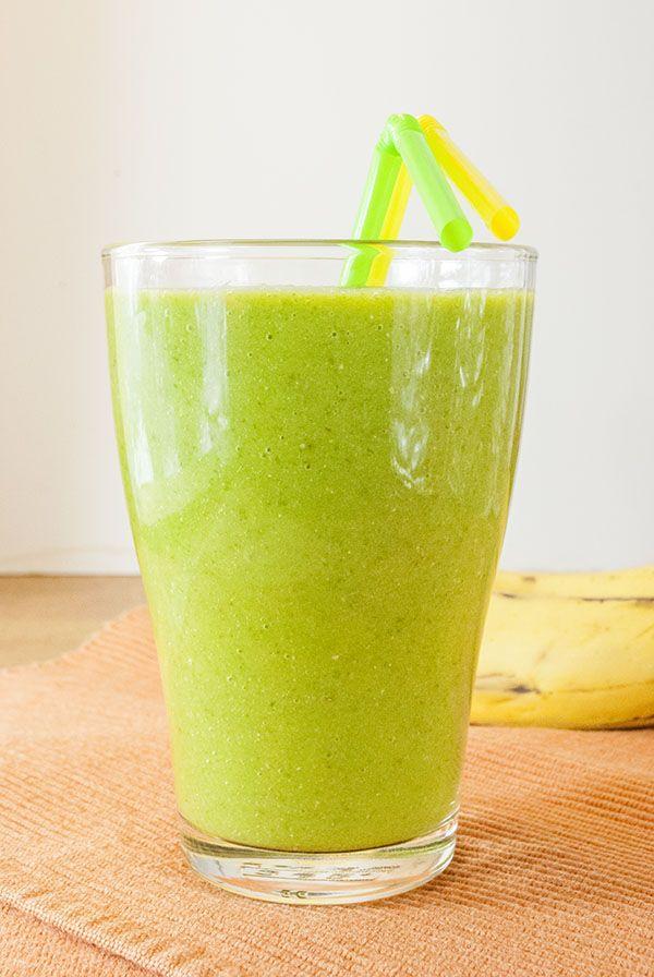 Grüner Smoothie aus Spinat, Banane, Mango und Leinsamen